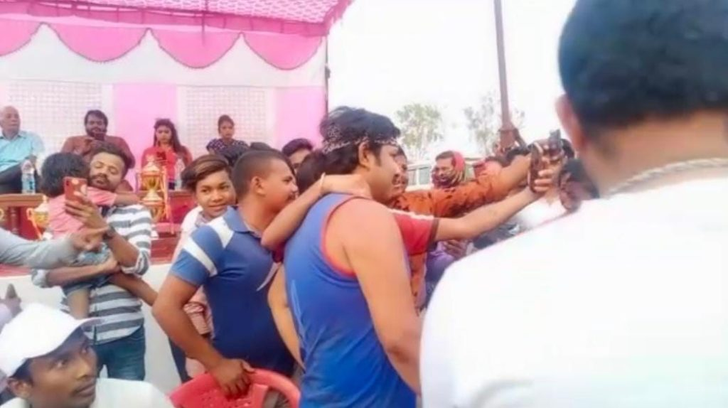 'Kurukshetra' shooting show stardom... People who stayed outside the hotel to see their favorite star, Karan Khan